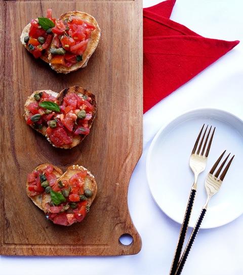 bruschettas de tomate alcaparra y ajo